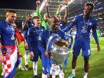 bintang-chelsea-ngolo-kante-mengangkat-trofi-liga-champions.jpg