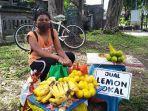 bocah-penjual-lemon-sedang-menjajakan-dagangannya-di-pinggir-jalan-agung-cok-tresna.jpg