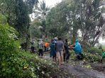 bpbd-klungkung-saat-melakukan-evakuasi-material-longsor-dan-pohon-tumbang-di-jalan-raya-sengkiding.jpg