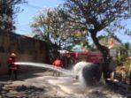 bpbd-kota-denpasar-memadamkan-api-dari-tabung-gas.jpg