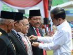 bupati-abdullah-azwar-anas-saat-menerima-penghargaan-dari-presiden-jokowi.jpg