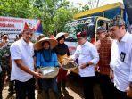 bupati-azwar-anas-saat-melepas-ekspor-kopi-di-perkebunan-malagsari-banyuwangi-jawa-timur.jpg