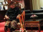 bupati-gianyar-i-made-mahayastra-menerima-replika-piala-juara-liga-i-indonesia.jpg