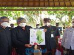 bupati-gianyar-made-mahayastra-memperlihatkan-peta-vaksinasi-di-kabupaten-gianyar.jpg
