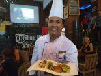 chef-i-putu-setiadi-menunjukkan-salah-satu-menu-baru-swiss-belhotel-petitenget-jumat-1532019.jpg