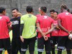 coach-widodo-cahyono-putro-menyalami-satu-per-satu-pemain-bali-united.jpg