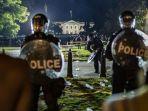 demonstran-menghadapi-polisi-dinas-rahasia-dan-petugas-kepolisian-taman-di-luar-gedung-putih.jpg