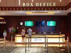 dua-orang-sedang-memilih-film-yang-akan-ditonton-di-bioskop-xxi-di-level-21.jpg