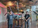 dua-pelukis-milenial-yang-mengadakan-pameran-lukisan-bertema-lautan-di-art-hotel-sanur.jpg