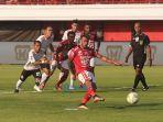 eksekusi-penalti-stefano-lilipaly-dilaga-bali-united-vs-persija.jpg