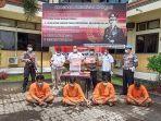 empat-orang-pria-mengenakan-baju-tahanan-berwarna-orange-saat-dilakukaan-gelar-perkara.jpg