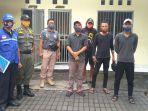 empat-orang-pria-saat-diamankan-di-kantor-satpol-pp-kota-denpasar-jumat-2952020.jpg