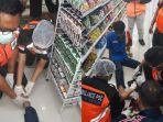 evakuasi-dramatis-kaki-karyawan-sebuah-minimarket-terjepit-lift-barang.jpg