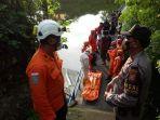evakuasi-jasad-korban-mengapung-oleh-tim-sar-di-bendungan-kampus-udayana.jpg