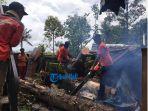 evakuasi-pohon-tumbang-yang-menimpa-rumah-warga-di-banjar-griya-desakecamatan-tampaksiring.jpg