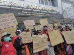 forum-korban-sgb-membentangkan-poster-di-depan-kantor-pt-solid-gold-berjangka.jpg