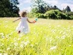 foto-ilustrasi-anak-kecil-yang-berlari-di-ladang-bunga.jpg