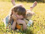 foto-ilustrasi-gadis-yang-sedang-memeluk-boneka-dengan-gembira.jpg
