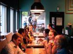 foto-ilustrasi-orang-orang-yang-sedang-makan-bersama-di-restaurant.jpg