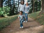 foto-ilustrasi-orangtua-dan-anaknya-sedang-berjalan-jalan.jpg
