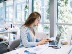foto-ilustrasi-seorang-wanita-sedang-bekerja-dengan-serius-di-kantor.jpg