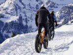 foto-ilustrasi-seseorang-sedang-bersepeda-di-tengah-salju.jpg