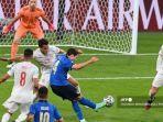 gelandang-italia-federico-chiesa-tengah-menembak-dan-mencetak-gol-pertama-timnya.jpg