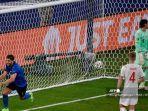 gelandang-italia-manuel-locatelli-kiri-merayakan-mencetak-gol-pertama.jpg