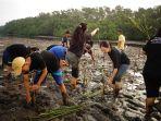 gerakan-mangrove-for-love_20170801_114118.jpg
