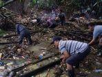 gotong-royong-membersihkan-sampah-di-aliran-sungai-yang-ada-di-desa-pitra.jpg