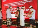 gubernur-bali-i-wayan-koster-menyerahkan-penghargaan-kepada-lima-desa.jpg