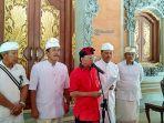 gubernur-bali-wayan-koster-baju-merah-bersama-sekretaris-daerah-sekda.jpg