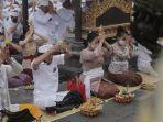 gubernur-bali-wayan-koster-beserta-jajaran-pemerintahan-provinsi-bali-berdoa-di-besakih.jpg
