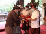 gubernur-bali-wayan-koster-menyerahkan-bantuan-dana-tambahan-kepada-desa-adat-se-bali.jpg