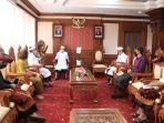gubernur-bali-wayan-koster-saat-menerima-audiensi-jajaran-kpu-bali-di-kantor-gubernur-bali.jpg