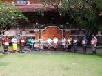 gubernur-bali-wayan-koster-tengah-berfoto-bersama-dengan-ketua-kelompok-penerima-bantuan.jpg