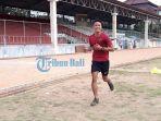 i-made-andhika-wijaya-saat-melakukan-latihan-di-stadion-ngurah-rai_20180903_113123.jpg