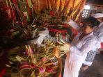 i-nyoman-budiana-melaksanakan-upacara-tumpek-landep-di-pande-urip-wesi-tapak-karya_20181027_154810.jpg