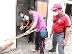 i-nyoman-suwirta-membantu-merenovasi-rumah-keluarga-kurang-mampu.jpg