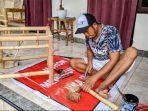 i-wayan-suparta-ketika-membuat-produk-meja-berbahan-bambu-ketika-ditemui-di-kediamannya.jpg