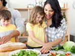 ilustrasi-orangtua-yang-menyiapkan-makanan-bersama-anak.jpg