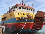 kapal-roll-on-roll-off-roro-kmp-nusa-jaya-abadi-saat-berlabuh-di-pelabuhan-padang-bai.jpg