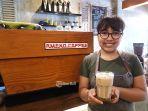 karyawan-ameno-coffee-and-eatery-tengah-berfoto.jpg