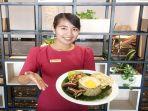 karyawan-tunjukkan-menu-nasi-goreng-buntut.jpg