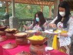 kelurga-owner-kawi-resort-a-pramana-experience-sedang-mengambil-makanan-prasmanan.jpg
