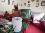 kepala-dinas-lingkungan-hidup-tabanan-i-made-subagia-saat-memperlihatkan-ember-teba-komposter.jpg