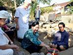 ketua-bkkks-ayu-pastika-melakukan-peletakan-batu-pertama-bedah-rumah-di-singapadu_20160803_160823.jpg