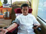 ketua-dprd-buleleng-gede-supriatnash-saat-mendonorkan-darahnya.jpg