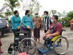 ketua-tp-pkk-bangli-saat-menyerahkan-bantuan-kepada-penyandang-disabilitas-pada-jumat-30-juli-2021.jpg