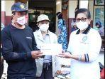 ketua-tp-pkk-provinsi-bali-ny-putri-suastini-koster-menyerahkan-bantuan-kepada-korban-kebakaran.jpg